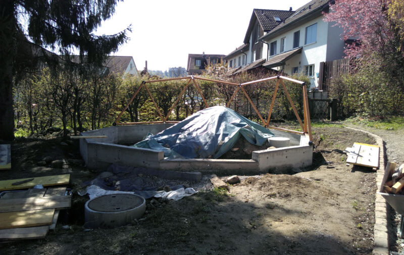 Geodome im Bau. Fundament bereit und erste Kuppel-Elemente bereit.